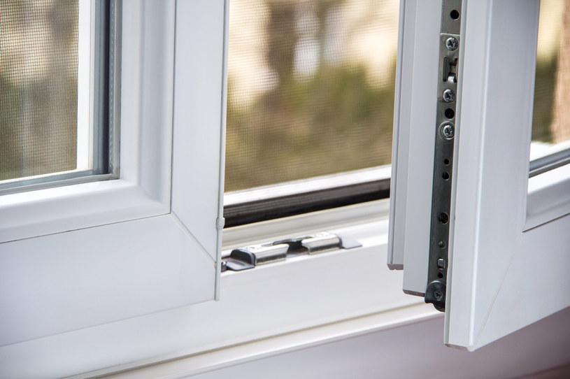 Ten mały szczegół chroni przed niepotrzebną ucieczką ciepła /123RF/PICSEL