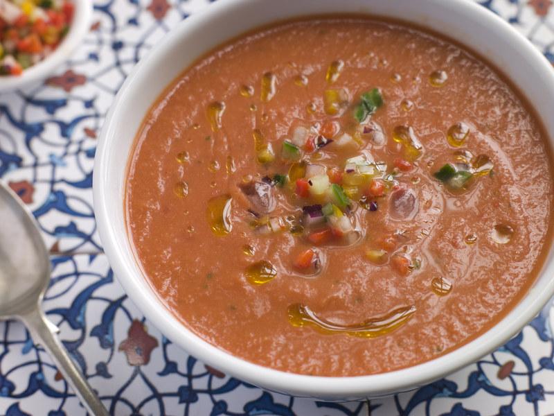 Ten pomidorowy chłodnik jest idealny na kolację albo przystawkę  /© Panthermedia