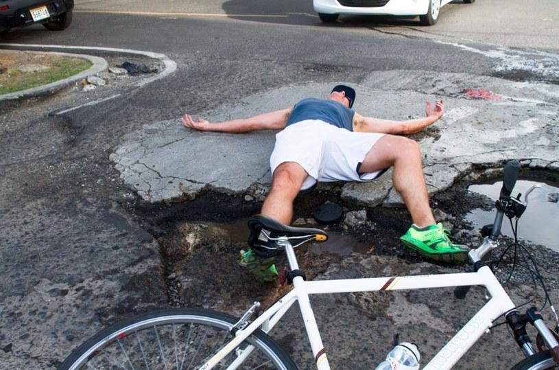 Ten rowerzysta nie napisał nic. Zdjęcie wystarczy za komentarz /Twitter.com/Elhuecotwitero /materiały prasowe