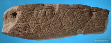 Ten sam motyw wyryty na innym kawałku skały w grocie w Blombos w RPA /materiały prasowe