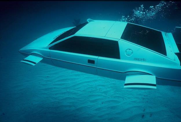 Ten samochód naprawdę pływa. Za to nie może jeździć /East News