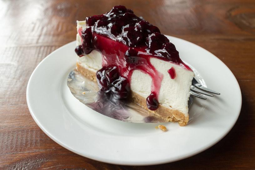 Ten szybki deser kojarzy się z beztroską letniego dnia /123RF/PICSEL