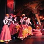 Ten taniec budzi zmysły. Zobacz lekcje kankana w słynnym paryskim kabarecie!