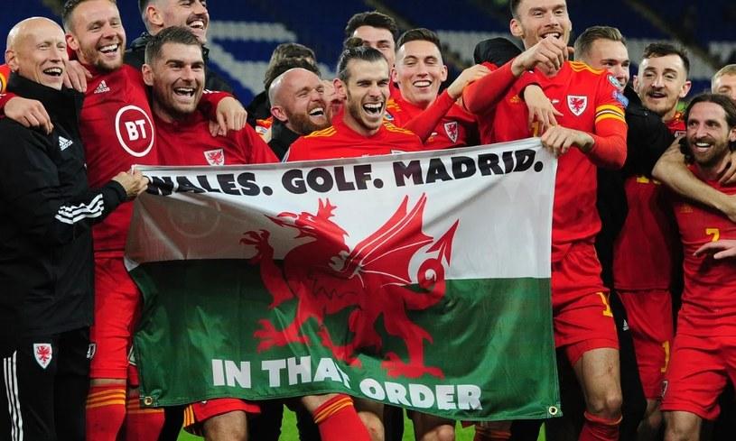 Ten transparent, z którym cieszył się z awansu na ME Gareth Bale (w środku) narobił sporo rozgłosu /AFP