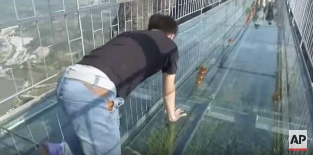 Ten turysta nie mógł przejść przez ten ogromny most /YouTube