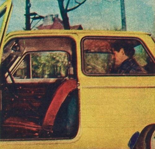 """Tenże kierowca, tym razem w roli pasażera, mieści się """"na styk"""" za przesuniętym do tyłu siedzeniem. /Motor"""