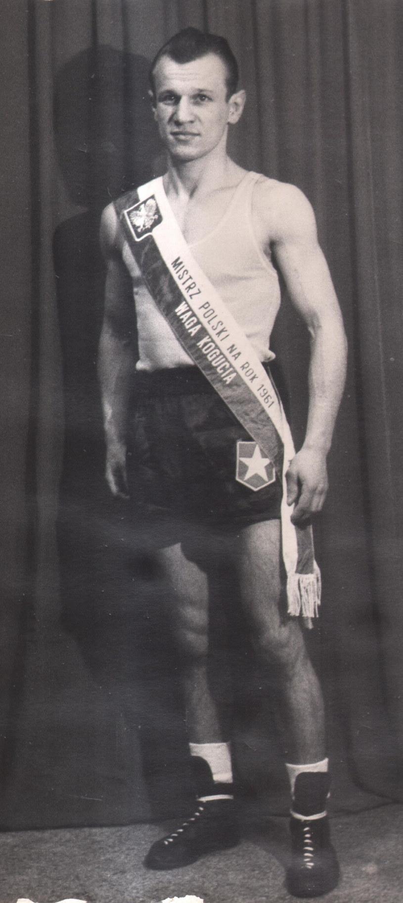 Teofil Kowalski po wywalczeniu tytułu mistrza Polski w 1961 roku w wadze koguciej /Archiwum rodzinne /