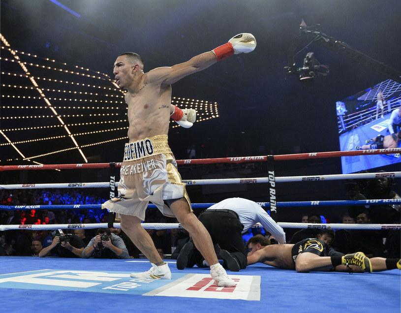 Teofimo Lopez (z lewej) na swoją kolejną walkę będzie musiał poczekać nieco dłużej /FRE171644/Associated Press/East News /East News