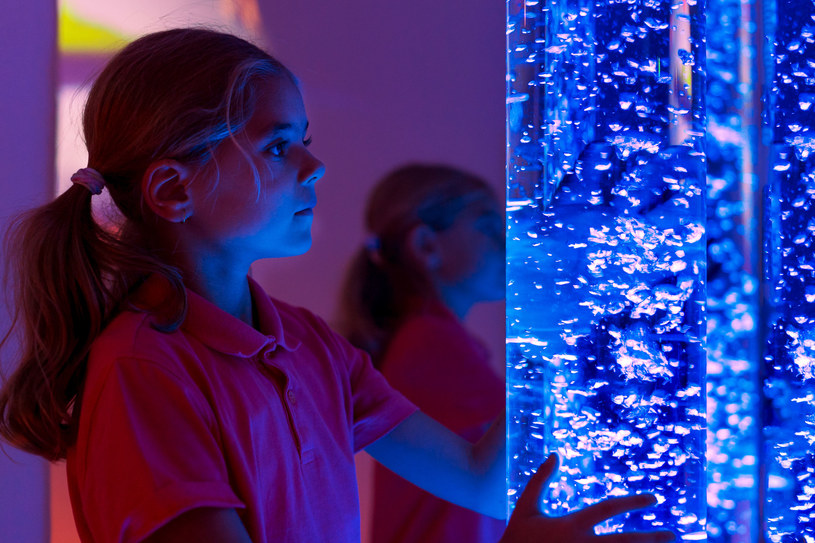 Terapeuci zaobserwowali, że większość dzieci w pierwszej kolejności wybiera bodźce świetlne /123RF/PICSEL
