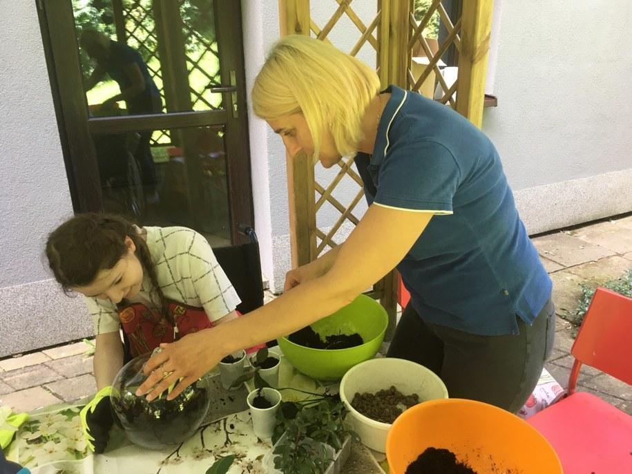 Terapeutka Bogumiła Stasiak podczas zajęć z hortiterapii /Fundacja Zdrowie Dziecka /