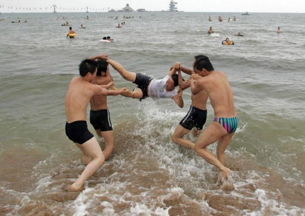 Teraz beztroska kąpiel w Zatoce Bohai nie jest możliwa... /AFP