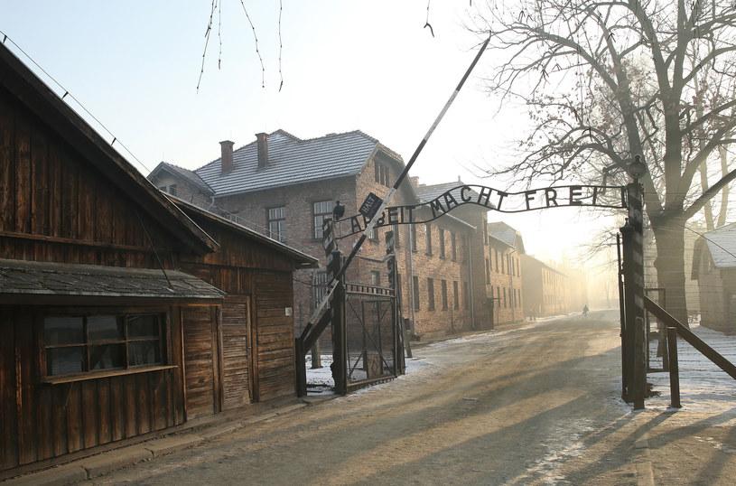 Teren byłego obozu Auschwitz, brama obozu z napisem: Arbeit macht frei, czyli praca czyni wolnym /Damian Klamka /East News