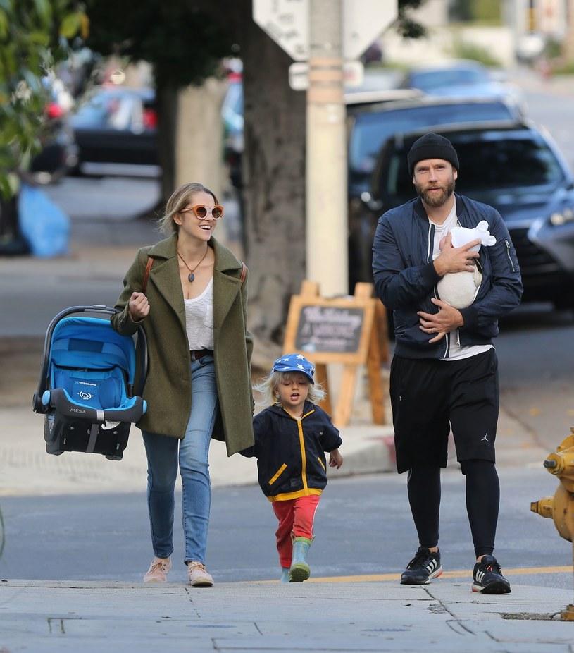 Teresa Palmer i jej mąż Mark Webbe z dziećmi /East News