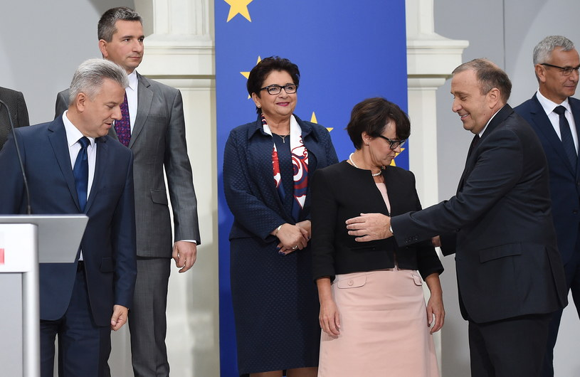 Teresa Piotrowska wśród pozostałych ministrów /Radek Pietruszka /PAP