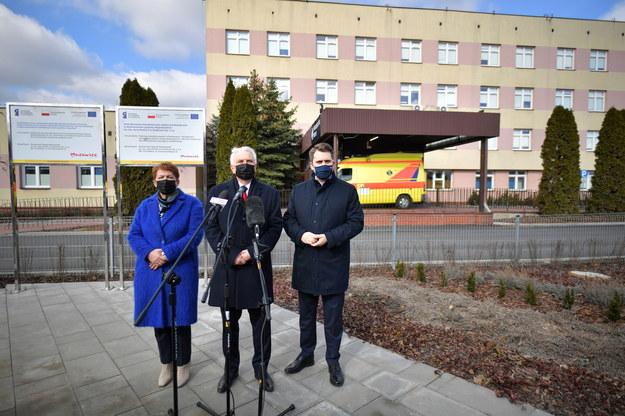 Teresa Wargocka, Waldemar Kraska i Daniel Milewski przy szpitalu tymczasowym w Siedlcach /Przemysław Piątkowski /PAP