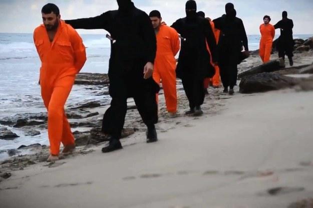 Terroryści z tzw. Państwa Islamskiego prowadzą zakładników na miejsce egzekucji / PAP/News Pictures /PAP/EPA