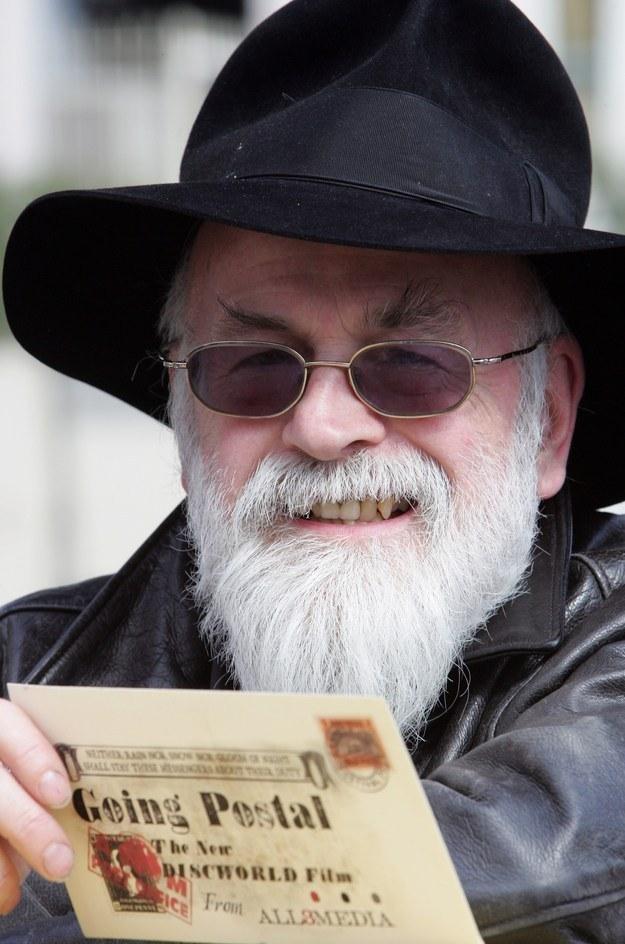 """Terry Pratchett po wydaniu """"Piekła pocztowego"""". /AFP"""