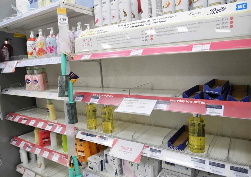 Tesco boi się powrotu scenariusza z marca, kiedy części produktów zupełnie zabrakło. /JUSTIN TALLIS /AFP