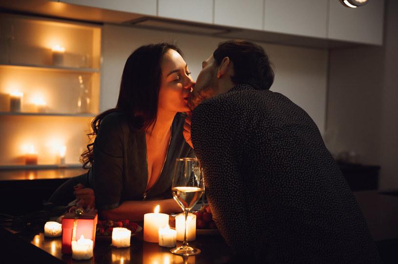 Tęsknota za romantycznymi uniesieniami to pokłosie poświątecznej samotności? /123RF/PICSEL
