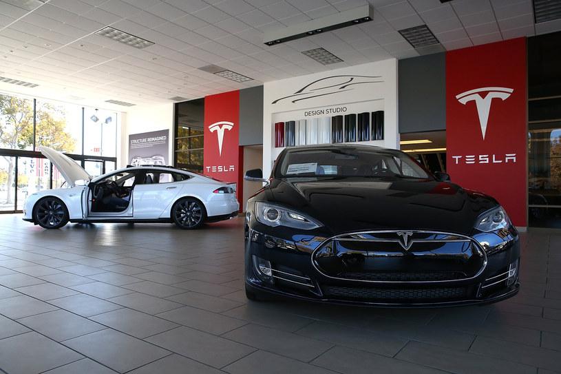 Tesla cieszy się dużym powodzeniem, ale jednak pozycji marek niemieckich nie zagrozi /Getty Images