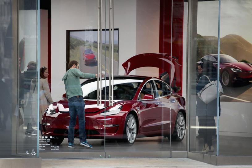 Tesla Model 3 w salonie producenta /Getty Images