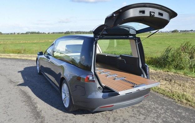 Tesla Model S karawan /