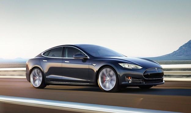 Tesla Model S potrafi jechać samodzielnie, ale tylko po autostradzie /