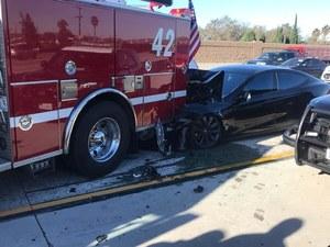 Tesla nie wyhamowała przed wozem strażackim