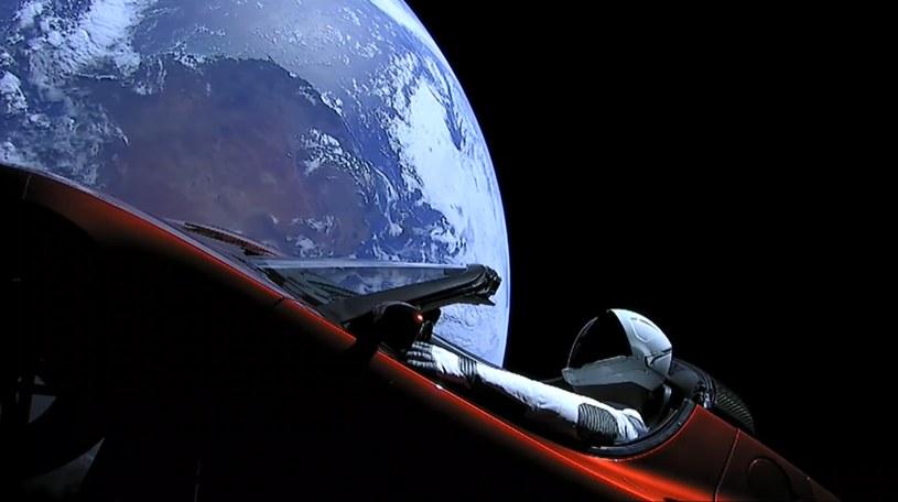 Tesla Roadster ze Starmanem na pokładzie /materiały prasowe
