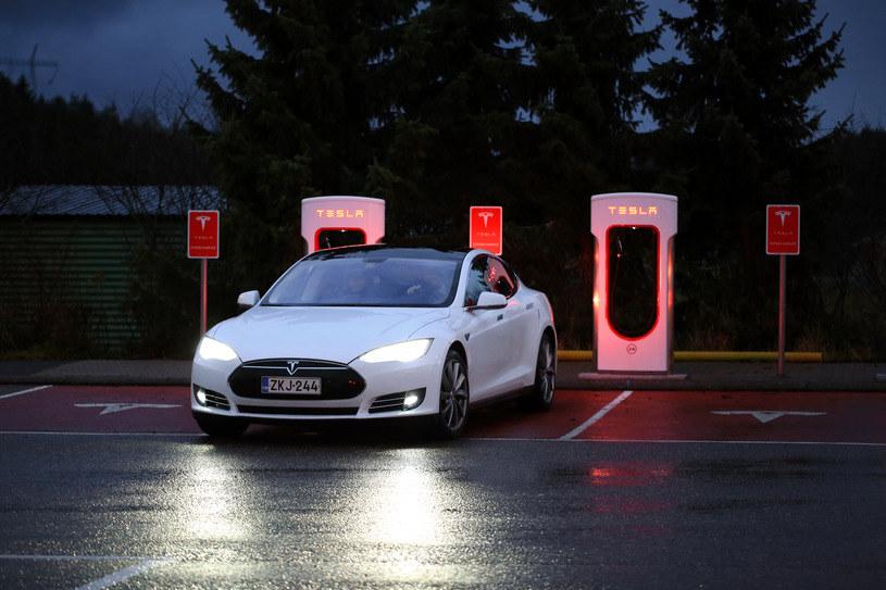 Tesla staje się symbolem tego co najlepsze, ale i najbardziej problematyczne w samochodach jutra /123RF/PICSEL
