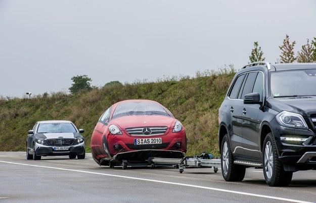 Test, podczas którego wykorzystywana jest holowana makieta auta, pozwalająca na bezpieczne sprawdzenie systemu utrzymywania odstępu od poprzedzającego auta. /Motor