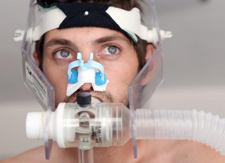 Test z maską tlenową to dobry sposób na dokładne sprawdzenie swojej wydolności /123RF/PICSEL