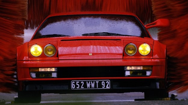 Testarossa - samochód do eksploatacji drogowej, mający wszakże rozwiązania konstrukcyjne samochodu wyścigowego. Tylko dach i drzwi wykonane są ze stali, reszta nadwozia pokryta jest blachą aluminiową. /Ferrari