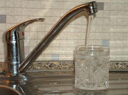 Tester sprawdzi zapach i smak wody płynącej z kranów w dziesięciu polskich miastach /RMF
