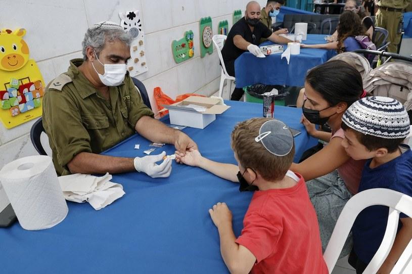 Testowanie dzieci na obecność koronawirusa w Izraelu /JACK GUEZ /AFP