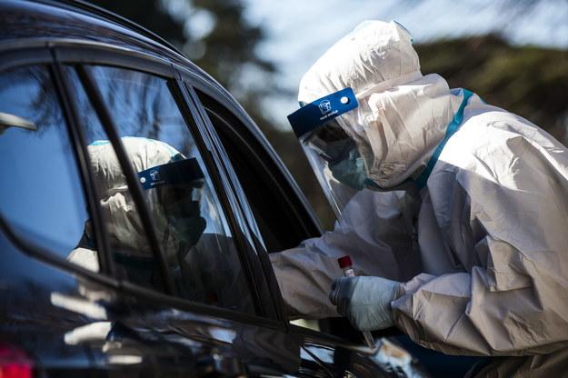 Testowanie pacjentów na obecność koronawirusa w Rzymie /ANGELO CARCONI /PAP/EPA