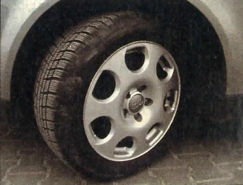 """Testowe A4 z """"zimówkami"""" 205/55 R16 prowadziło się znakomicie. W polskich warunkach warto i w lecie pozostać przy tym rozmiarze. /Motor"""