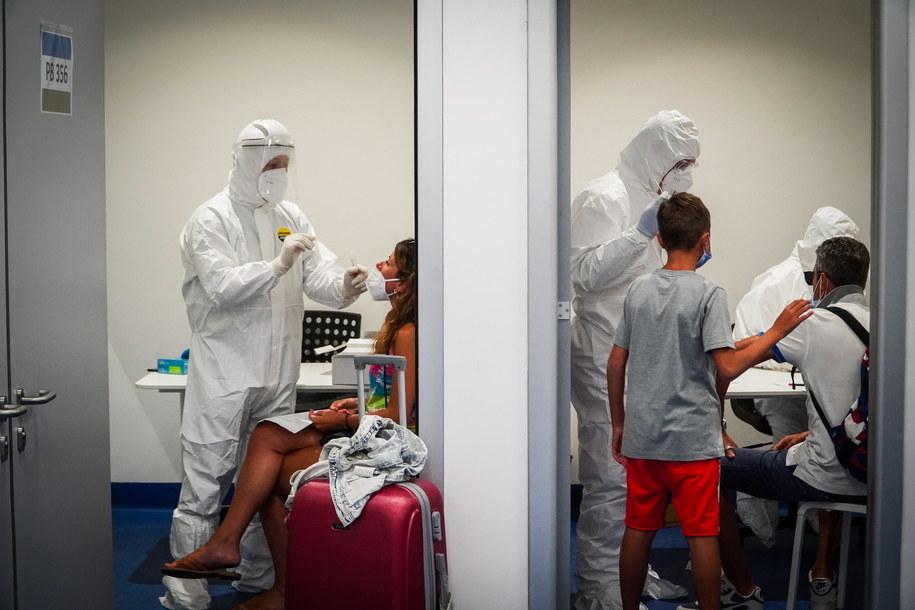Testy na koronawirusa na lotnisku w Neapoiu /CESARE ABBATE /PAP/EPA
