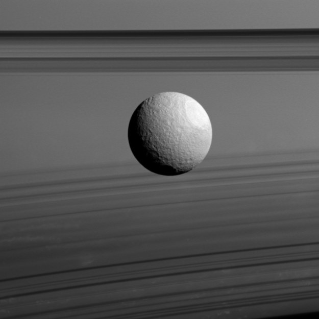 Tetyda i pierścienie Saturna /NASA/JPL-Caltech/Space Science Institute /materiały prasowe