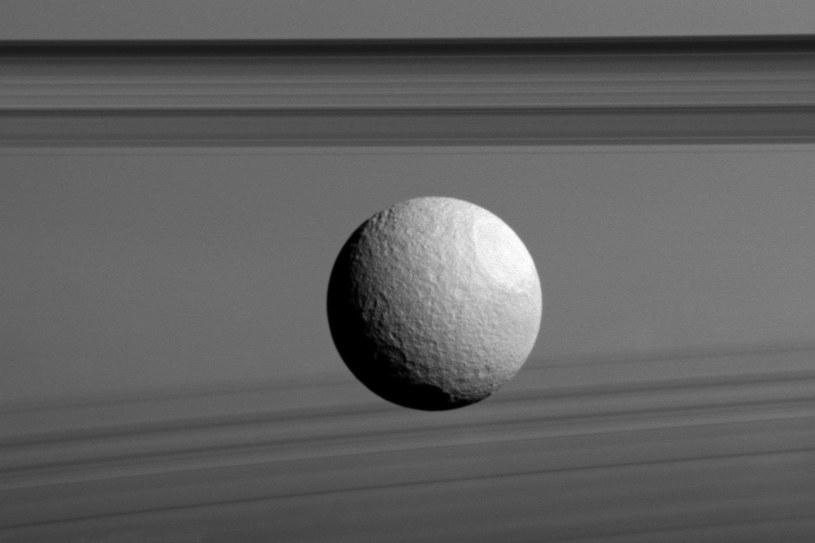 Tetyda i pierścienie Saturna /NASA