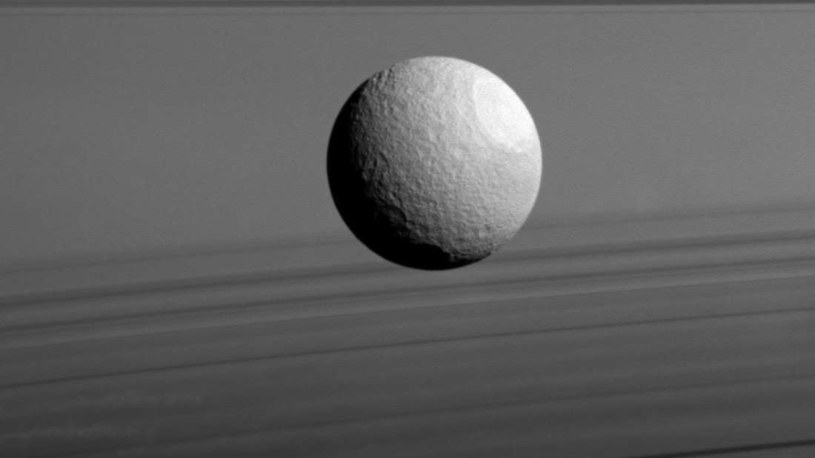 Tetyda to jeden z księżyców Saturna /NASA