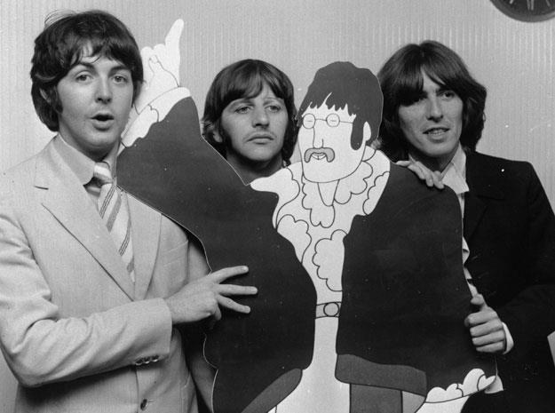 "The Beatles z kartonowym Johnem Lennonem :""We all live in a yellow submarine"" /Getty Images/Flash Press Media"