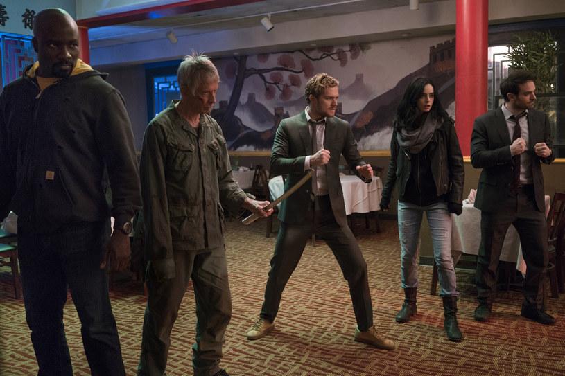 """The Defenders"": Mike Colter (Luke Cage), Scott Glenn (Stick), Finn Jones (Iron Fist), Krysten Ritter (Jessica Jones), Charlie Cox (Daredevil) /Sarah Shatz/Netflix /materiały prasowe"