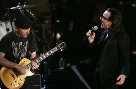 The Edge i jego Gibson Les Paul (z prawej Bono) /arch. AFP