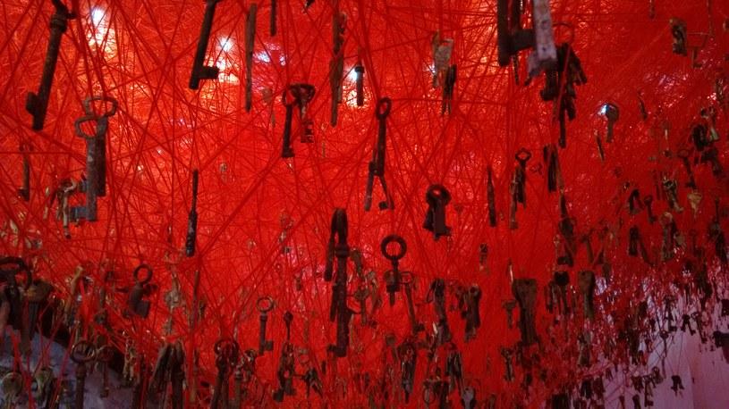 """""""The Key in the Hand"""" - fragment instalacji Chiharu Shioty na 56. Międzynarodowej Wystawie Sztuki w Wenecji; fot. ZM /INTERIA.PL"""
