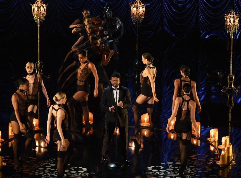 The Weeknd zaśpiewał na oscarowej gali. Dlaczego takiej szansy nie otrzymali wszyscy nominowani artyści? /AFP
