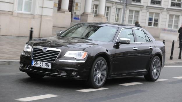 Thema wygląda prawie identycznie jak Chrysler 300 (zamontowano logo Lancii i nieco zmieniono przedni zderzak). /Motor