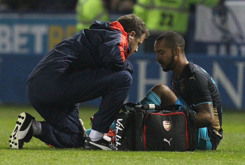 Theo Walcott nie dokończył meczu z Sheffield Wednesday /AFP