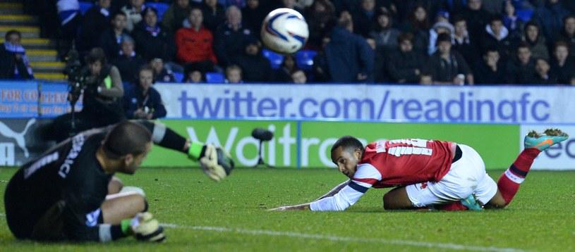 Theo Walcott pokonuje właśnie Australijczyka z Reading FC - Adama Federiciego. /AFP