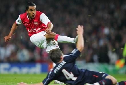 Theo Walcott strzela trzecią bramkę dla Arsenalu /AFP